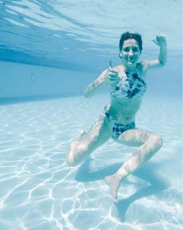 Rgazza immersa sott'acqua in piscina, Hotel Le Sequoie, a Carsoli (AQ)