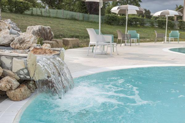 Cascata-d-acqua-nella-piscina___IMG_5020